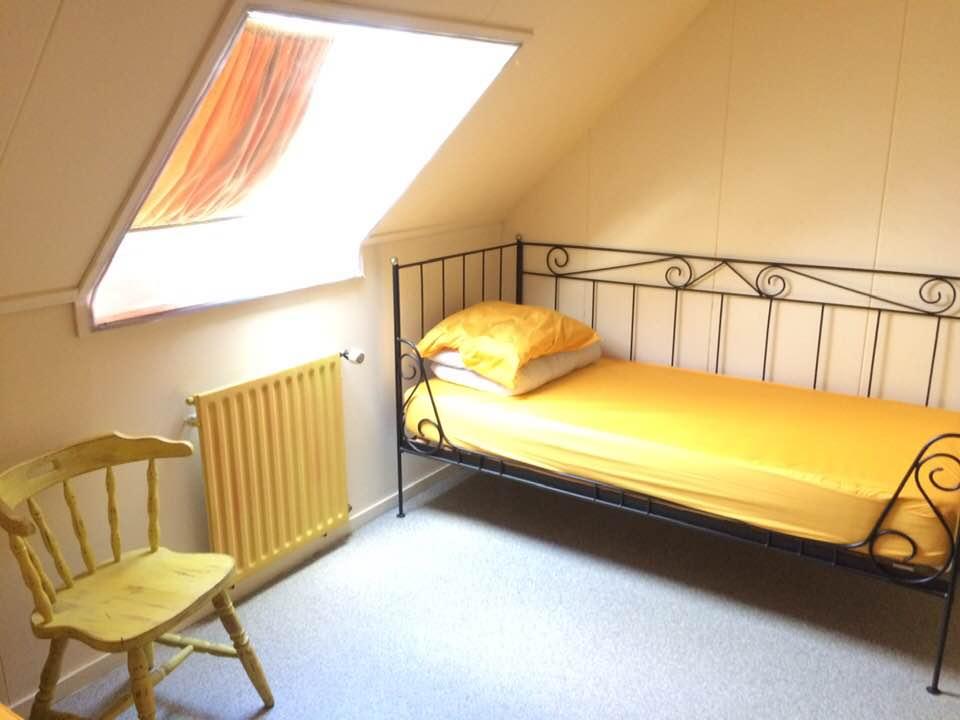 gele kamer met stoel